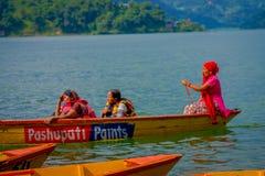 POKHARA NEPAL, LISTOPAD, - 04, 2017: Zamyka up wspaniały rodzinny cieszyć się piękny dzień nad żółtą łodzią przy Begnas Zdjęcia Stock