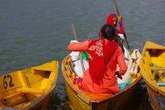 POKHARA NEPAL, LISTOPAD, - 04, 2017: Zamyka up wspaniały rodzinny cieszyć się piękny dzień nad żółtą łodzią przy Begnas Zdjęcia Royalty Free