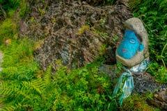 POKHARA NEPAL, LISTOPAD, - 04, 2017: Zamyka w górę skały malującej z koloru błękitem w ziemi wśrodku lasu, wewnątrz Zdjęcia Stock