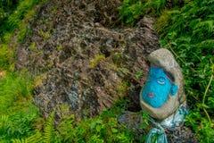 POKHARA NEPAL, LISTOPAD, - 04, 2017: Zamyka w górę skały malującej z koloru błękitem w ziemi wśrodku lasu, wewnątrz Obraz Stock