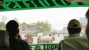 POKHARA, NEPAL - MÄRZ 2018: Ansicht vom Busvorderfenster zum Verkehr in der Stadt stock video footage