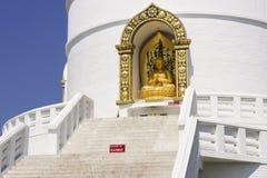 POKHARA NEPAL, 20 MAJ: Guld- Buddha från pagoden för världsfred Royaltyfri Foto