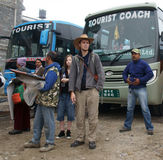 POKHARA, NEPAL, 30 NOVEMBER 2013. AUTOSTATION. DE TOERISTEN ZIJN WA Stock Afbeeldingen