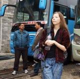 POKHARA NEPAL, NOVEMBER 30, 2013, BUSSSTATION. GIRL-TOURIST W arkivbilder