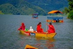 POKHARA, NEPAL - NOVEMBER 04, 2017: Het schitterende familie genieten van van een mooie dag over een gele boot bij Begnas-meer bi Royalty-vrije Stock Foto's
