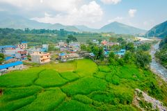 POKHARA NEPAL - OKTOBER 06 2017: Den flyg- sikten av staden med några byggnader, var lokaliseras den Sakya kloster, är a Royaltyfria Foton