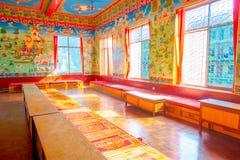 POKHARA NEPAL - OKTOBER 06 2017: Härlig inomhus sikt av korridoren med målade väggar inom av den Pema Tsalen Sakya Arkivbilder
