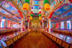 POKHARA NEPAL - OKTOBER 06 2017: Härlig inomhus sikt av korridoren av Sakya för Pema Tsal det kloster- institutet, det det Arkivfoto