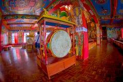 POKHARA NEPAL - OKTOBER 06 2017: Härlig inomhus sikt av korridoren av Sakya för Pema Tsal det kloster- institutet, det det Arkivbilder