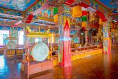 POKHARA NEPAL - OKTOBER 06 2017: Härlig inomhus sikt av korridoren av Sakya för Pema Tsal det kloster- institutet, det det Royaltyfria Foton