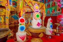 POKHARA NEPAL - OKTOBER 06 2017: Härlig inomhus sikt av korridoren av Sakya för Pema Tsal det kloster- institutet, det det Royaltyfri Bild
