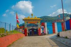 POKHARA NEPAL - OKTOBER 06 2017: Härlig sikt av skriva indörren av Sakya för Pema Tsal det kloster- institutet, det det Royaltyfria Bilder