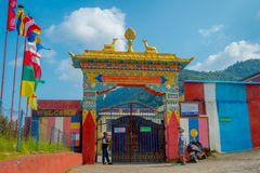 POKHARA NEPAL - OKTOBER 06 2017: Härlig sikt av skriva indörren av Sakya för Pema Tsal det kloster- institutet, det det Royaltyfri Fotografi