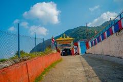 POKHARA NEPAL - OKTOBER 06 2017: Härlig sikt av skriva indörren av Sakya för Pema Tsal det kloster- institutet, det det Arkivfoto