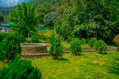 POKHARA NEPAL OKTOBER 10, 2017: Härlig trädgård i skriva in av slagträgrottan med en asfull struktur i mitt av Royaltyfria Foton