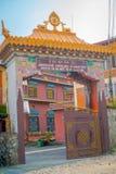 POKHARA NEPAL - OKTOBER 06 2017: Härligt skriv in dörren av Jangchuben Choeling Gompa är en tibetan kloster i Pokhara Royaltyfri Foto