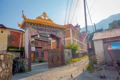 POKHARA NEPAL - OKTOBER 06 2017: Härligt skriv in dörren av Jangchuben Choeling Gompa är en tibetan kloster i Pokhara Arkivfoto