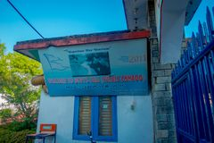 POKHARA NEPAL OKTOBER 10, 2017: Informativt underteckna in skriva in av nedgångar för devi` s i Pokhara, Nepal Fotografering för Bildbyråer