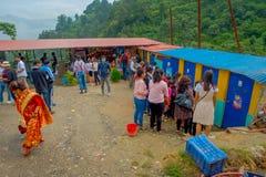 POKHARA, NEPAL 10 OKTOBER, 2017: Menigte van mensen die voedsel in een openbaar teken in Pokhara, Nepal kopen Stock Afbeelding