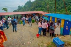 POKHARA, NEPAL 10 OKTOBER, 2017: Menigte van mensen die voedsel in een openbaar teken in Pokhara, Nepal kopen Stock Afbeeldingen