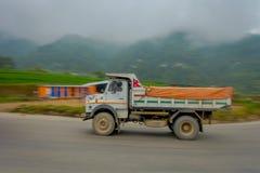 POKHARA, NEPAL 10 OKTOBER, 2017: Nepalese die vrachtwagen op de weg in de straten in Pokhara, Nepal worden gevestigd Stock Afbeeldingen