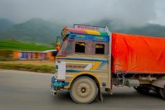POKHARA, NEPAL 10 OKTOBER, 2017: Nepalese die vrachtwagen op de weg in de straten in Pokhara, Nepal worden gevestigd Royalty-vrije Stock Afbeeldingen