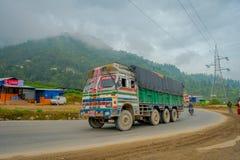 POKHARA, NEPAL 10 OKTOBER, 2017: Nepalese die vrachtwagen op de weg in de straten in Pokhara, Nepal worden gevestigd Stock Foto