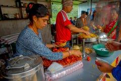 POKHARA, NEPAL 10 OKTOBER, 2017: Niet geïdentificeerde mensen binnen van een restaurant, in Pokhara, Nepal Royalty-vrije Stock Afbeelding