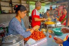 POKHARA, NEPAL 10 OKTOBER, 2017: Niet geïdentificeerde mensen binnen van een restaurant, in Pokhara, Nepal Royalty-vrije Stock Foto