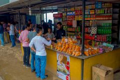 POKHARA, NEPAL 10 OKTOBER, 2017: Niet geïdentificeerde mensen die voedsel in een marktopslag kopen in Pokhara, Nepal Royalty-vrije Stock Foto's
