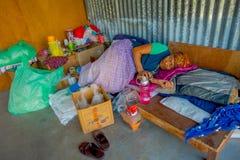 POKHARA NEPAL - OKTOBER 06 2017: Oidentifierad gammal kvinna som sover efter ett hårt hö som arbetar på fabriks- ull för vävstol Arkivfoto