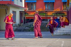 POKHARA NEPAL - OKTOBER 06 2017: Oidentifierad tonåring för buddistisk munk som tycker om den fria tiden i en uteplats på det fri Royaltyfri Fotografi