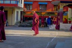 POKHARA NEPAL - OKTOBER 06 2017: Oidentifierad tonåring för buddistisk munk som tycker om den fria tiden i en uteplats på det fri Fotografering för Bildbyråer