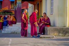 POKHARA NEPAL - OKTOBER 06 2017: Oidentifierad tonåring för buddistisk munk som tycker om den fria tiden i en uteplats på det fri Royaltyfri Bild