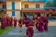 POKHARA NEPAL - OKTOBER 06 2017: Oidentifierade tonåringar för buddistisk munk som tycker om den fria tiden i en uteplats och spe Royaltyfria Bilder