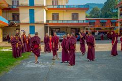 POKHARA NEPAL - OKTOBER 06 2017: Oidentifierade tonåringar för buddistisk munk som tycker om den fria tiden i en uteplats och spe Royaltyfri Foto