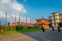 POKHARA NEPAL - OKTOBER 06 2017: Oidentifierade tonåringar för buddistiska munkar som in tycker om den fria tiden i en uteplats p Arkivfoton