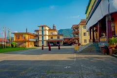 POKHARA NEPAL - OKTOBER 06 2017: Oidentifierade tonåringar för buddistiska munkar som in tycker om den fria tiden i en uteplats p Royaltyfria Bilder