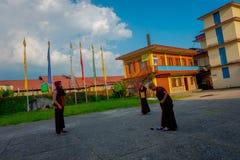 POKHARA NEPAL - OKTOBER 06 2017: Oidentifierade tonåringar för buddistiska munkar som in tycker om den fria tiden i en uteplats p Royaltyfri Bild