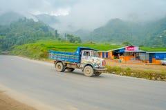 POKHARA, NEPAL 10 OKTOBER, 2017: Openluchtdiemening van vrachtwagen in een bestratingsweg, in Pokhara, Nepal wordt gevestigd Royalty-vrije Stock Afbeelding
