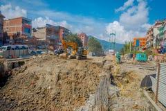 POKHARA, NEPAL 10 OKTOBER, 2017: Openluchtmening van het zware machinary werken in de straat van Pokhara, Nepal Stock Fotografie