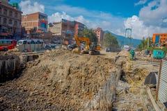 POKHARA, NEPAL 10 OKTOBER, 2017: Openluchtmening van het zware machinary werken in de straat van Pokhara, Nepal Stock Foto's
