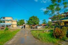 POKHARA, NEPAL 10 OKTOBER, 2017: Oude gebouwen in een Sauraha-stad dicht bij een padieveld in Sauraha, Nepal Stock Fotografie