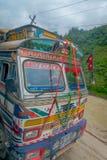 POKHARA, NEPAL 10 OKTOBER, 2017: Sluit omhoog van een bus op de weg in Pokhara, Nepal wordt gevestigd dat Royalty-vrije Stock Afbeelding