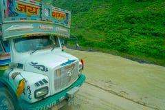 POKHARA, NEPAL 10 OKTOBER, 2017: Sluit omhoog van een vrachtwagen op de weg in de straten, in Pokhara, Nepal worden gevestigd dat Stock Foto