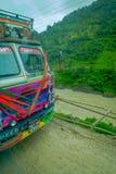 POKHARA, NEPAL 10 OKTOBER, 2017: Sluit omhoog van een vrachtwagen op de weg in de straten, in Pokhara, Nepal worden gevestigd dat Stock Foto's