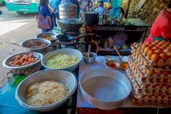 POKHARA, NEPAL 10 OKTOBER, 2017: Sluit van asorted voedsel, noedels, omhoog sla en eieren binnen van metaaldienbladen in a Royalty-vrije Stock Foto's