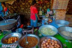 POKHARA, NEPAL 10 OKTOBER, 2017: Sluit van asorted voedsel, noedels, omhoog sla en eieren binnen van metaaldienbladen in a Stock Foto's