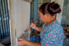 POKHARA NEPAL - OKTOBER 06 2017: Stäng sig upp av den oidentifierade kvinnan som in arbetar på för ullsjal för vävstol fabriks- k Arkivfoto