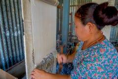 POKHARA NEPAL - OKTOBER 06 2017: Stäng sig upp av den oidentifierade kvinnan som in arbetar på för ullsjal för vävstol fabriks- k Arkivbild